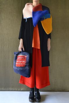 Another amazing color combination from the masterful Daniela Gregis. Little red riding hood goes to see her french cousin. Knitted Shawls, Knitted Bags, Textiles, Knit Fashion, Womens Fashion, Modest Fashion, Knitwear, What To Wear, Knit Crochet