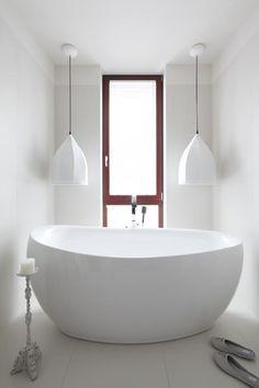 Wąski pokój kąpielowy z wanną i prysznicem - Architektura, wnętrza, technologia, design - HomeSquare