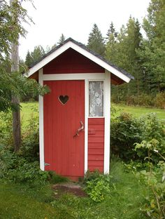 Cute outhouse with lace curtains Building An Outhouse, Outside Toilet, Red Farmhouse, Portable Toilet, Lace Curtains, Red Barns, Country Life, Red Roses, Tiny House