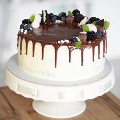 Jedna narodeninová uprostredtýždňová 😁🤗 . #dnespeciem #torta #premuza #cokolada #narodeniny #narodeninovatorta #birthdaycake #cakestagram #instacake #cakesofig #dripcake #bakedwithlove #lovemyjob #bratislava #ibratislava #petrzalka #pinkcakery Bratislava, Cake, Desserts, Instagram, Food, Pie Cake, Meal, Cakes, Deserts