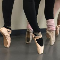 My adult ballerinas en pointe—lovely feet! Who says you can't on pointe as an adult? Here's the proof in the pudding: the dancer closest to the camera is 73 years old😮👏🏻👯♀️❤️
