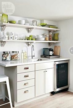 Are you in search of small kitchen design ideas? Then make certain to take a browse through our collection of 25 modern small kitchen ideas! Office Kitchenette, Small Kitchenette, Kitchenette Ideas, Studio Kitchenette, Kitchenette Design, Mini Loft, Small Fridges, Small Basements, Mini Kitchen