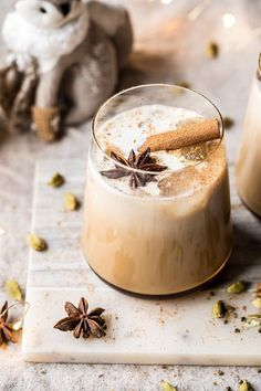 Vanilla Chai Tea White Russian: perfect for entertaining or just sipping on with… Vanille-Chai-Tee Weißrussisch: Perfekt, um sich nach dem Thanksgiving Cocktails, Winter Cocktails, Fall Drinks, Christmas Cocktails, Holiday Drinks, Thanksgiving Holiday, Party Drinks, Mixed Drinks, Christmas Drinks Alcohol