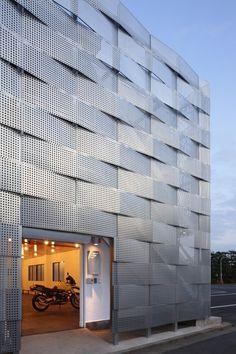 On aime l'assemblage dynamique des panneaux extérieurs.   Edogawa Garage Club Renovation  Jun'ichi Ito Architect & Associates  Architecture