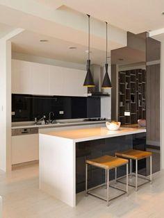 Weiße Kochinsel und schwarze Kronleuchter in einer modernen Küche - Die moderne Kochinsel in der Küche- 20 verblüffende Ideen für Küchen Design