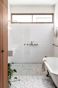 Interior Design Awards, Bathroom Interior Design, Bad Inspiration, Bathroom Inspiration, Simple Bathroom, Modern Bathroom, Bathroom Trends, Bathroom Ideas, Colorful Bathroom