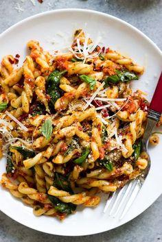 20 Minute Sun Dried Tomato Pasta with Spinach [VIDEO] Little Broken - Delicious Recipes Vegetarian Recipes, Cooking Recipes, Healthy Recipes, Cooking Fish, Kitchen Recipes, Pork Recipes, Salad Recipes, Recipies, Sundried Tomato Pasta