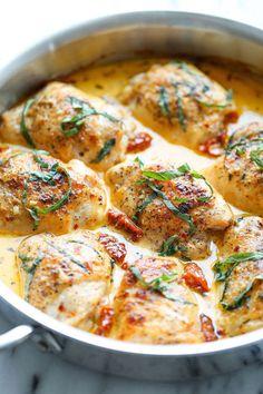 Hühnerschenkel + Hühnerbrühe + Sahne + sonnengetrocknete Tomaten + Parmesan + frisches Basilikum + Gewürze = MMMHZum Rezept.