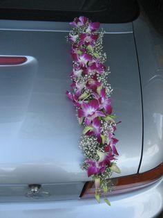 autoversiering Wedding Car Decorations, Wedding Cars, Wedding Ideas, Floral Arrangements, Marie, Weddings, Flowers, Diy, Brides