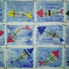 Poisson d'avril : Maternelle Intégration de notions mathématiques avec le triangle et les arêtes placées du plus grand au plus petit. Procédure : -Impression de papier bulle avec de la gouache. -Découpage de 2 triangles (tête et queue) et de bandes de papier (arêtes) -On place, on fait valider et on colle -Dernière étape, coller une ficelle pour la colonne et un oeil qui bouge.