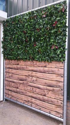 De perfecte afscherming van je tuin of terras met deze kunsthaag in combinatie met een balkondoek met houten planken print. Ideaal want het vergt geen onderhoud. #balkon #tuin #terras #afschermen #tuinscherm #windscherm