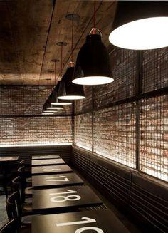 la pared con la reja, luces, techo.