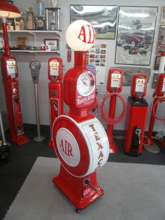 Eco Tireflator model 40 Built in 1932 Old Gas Pumps, Vintage Gas Pumps, Vintage Air, Vintage Signs, Harley Davidson, Pompe A Essence, Gas Service, Garage Renovation, Old Gas Stations