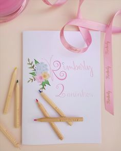 Os nossos cadernos com capa personalizada no tamanho A5 podem ser gravados com os nomes de cada convidado. Tote Bag, Bags, Custom Notebooks, Names, Handbags, Tote Bags, Totes, Lv Bags, Hand Bags