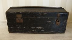 Oude reis kist. / Old travel box.