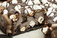 Schokofudge-Marshmallow-Eiskuchen mit Oreo-Keksboden
