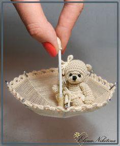 Tiny crochet teddy bear in a brolly ~ eeeeeeeee!
