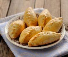Rusko pecivo pirogi s mesom Cabbage Head, Taco Pizza, Butter Sauce, Recipe Using, Hot Dog Buns, Feta, Bacon, Yummy Food, Lunch