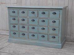 Köpmansdisk helt i solitt trä.  Bredd/Höjd/Djup: 130/85/48 cm Lådornas innermått: B/H/D: 18/12/38 cm  Vi har även andra möbler i liknande stil, välkommen t...