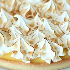 This is the fantasy of every pastry lover : a crunchy crust, a sour lemon curd, all topped with the fluffiest meringue ever! Become a real pastry chef making this one of a kind pie! Lemon Marange Pie, Lemon Pie Receta, Best Lemon Meringue Pie, Lemon Meringue Cheesecake, Lemon Meringue Cookies, Lemon Tarts, Easy Pie Recipes, Tart Recipes, Lemond Curd