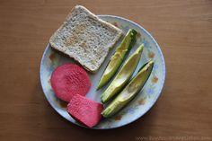 Ein wunderschöner bunter Frühstücksteller bei Natalie: Toast, Avocado und roter Apfel