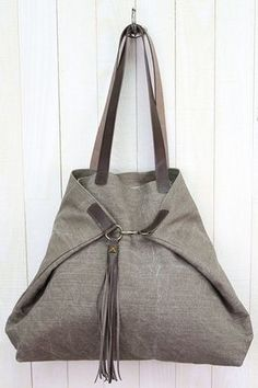 Taylor Bag Taylor Bag Source by http_status: window.Taylor Bag We are an online boutique in the making specializing in YOU! We provide clothing retail based in Missouri.Taylor Bag looks so nice.triangle bags is creative inspThis post was discovered b Diy Bags Purses, Purses And Handbags, Chanel Handbags, Denim Bag, Crochet Purses, Crochet Bags, Leather Handle, Leather Bags, Leather Briefcase