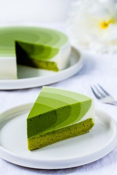 Here's the recipe for a summer matcha mousse cake in the ombre look with a big dose of matcha for the extra energy kick. Here's the recipe for a summer matcha mousse cake in the ombre look with a big dose of matcha for the extra energy kick. Cake Recipes Without Oven, Cake Recipes From Scratch, Easy Cake Recipes, Sweet Recipes, Dessert Recipes, Recipes Dinner, Matcha Cake, Matcha Mousse Cake Recipe, Matcha Dessert
