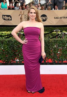 Anna Chlumsky in custom Elizabeth Kennedy at the 2017 SAG Awards. She redeemed herself since her fashion disaster at the Golden Globes