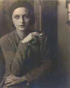 Corinne Michael West - was an Abstract Expressionist woman painter. She was also a poet, actress and writer. Portrait of Michael West (Corinne West), by Jon Boris - 1930 vintage fashions style sweater beret hat looks Vintage Pictures, Old Pictures, Vintage Images, Old Photos, Cincinnati, Foto Face, Jolie Photo, Vintage Photographs, Vintage Beauty