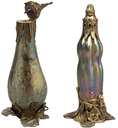 This scent bottle from around 1905 is made of Cypriote glass and features an amethyst stopper. Right: Exhibited at the 1900 Exposition Universelle in Paris, this scent bottle comes with its own stand. TIFFANY
