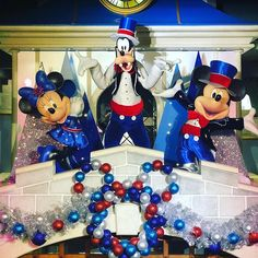 Mickey Minnie y Goofie nos dan la bienvenida a . Disney Memes, Disney Parks, Disney Decorations, Park Photos, Mickey Minnie Mouse, Disney Trips, Geeks, 4th Of July Wreath, Dan