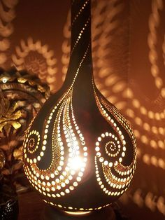 Gourd lamp deco a faire sur pottery Luminaire Original, Lampe Art Deco, Diy And Crafts, Arts And Crafts, Gourds Birdhouse, Decorative Gourds, Dremel Projects, Gourd Lamp, Painted Gourds
