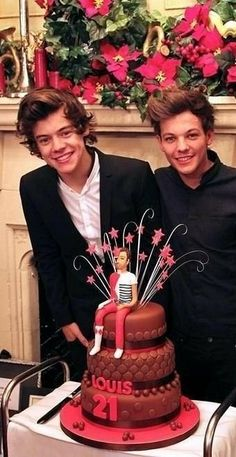 Lou is such a fetus. Harry looks like HE should be the one turning 21 One Direction Harry, One Direction Memes, One Direction Pictures, Larry Stylinson, Niall Horan, Louis E Harry, Larry Shippers, Louis Tomilson, Harry Styles Pictures