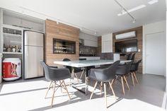 #espaçogourmet #eames #wood #espaço #gourmet #churrasqueira #barbecue #grill #glass #vidro #cadeira #porcelanato #deck #wallpaper #kitchen #cozinha #área #lampada #lamp #arquitetura #archtecture #portoalegre #decoração #design #projeto #janela #social #planejada #bancada #criativa #creative #budweiser #metal #tv #amadeirado #interior #interiores #modern #sobmedida #sob #medida