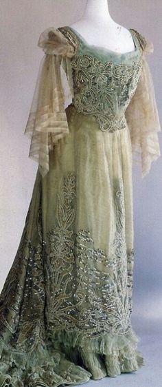 Robe de bal, maison Worth 1885, France. En soie.
