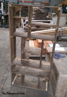 Vakkenkast met ongelijke vakken. Dit zorgt voor een mooi en speels effect. #kast #vakkenkast #sloophout #hout