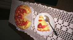 Sabonete em formato de torta cheesecake, a torta segue cortada em 08 fatias ou pode seguir inteira, decoração com morangos opcionais, cor da torta e aromas opcionais. A torta da foto é de Morango queijo com calda de morangos. O produto segue embalado em filme PVC e caixa de torta original de loja. Uma ótima opção de presente. Além de ser um banho super criativo.