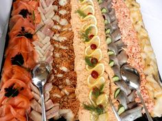 Visschotel Sushi Platter, Seafood Platter, Shrimp Recipes, Fish Recipes, Appetizers For Party, Party Snacks, Party Buffet, Fish And Chips, Fried Fish
