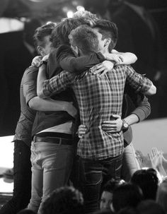 I love their group hugs(: funny that zayn has his arms wrapped around Liam.. ;)