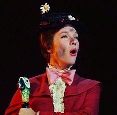 Can you say su·per·ca·li·fra·gil·is·tic·ex·pi·a·li·do·cious? We all know Julie Andrews can sing it! Disney Pixar, Old Disney, Disney Cartoons, Disney Films, Disney Live, Disney Stuff, Disney Parks, Julie Andrews Mary Poppins, Mary Poppins Movie