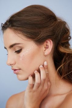 Glitter Freckles Give New Meaning To Glowing Skin - This Whimsical Beauty Trend Takes Glowing Skin To New Levels - Photos All Things Beauty, Beauty Make Up, Hair Beauty, Makeup Inspo, Makeup Inspiration, Makeup Tips, Makeup Ideas, Glitter No Rosto, Beauty Trends