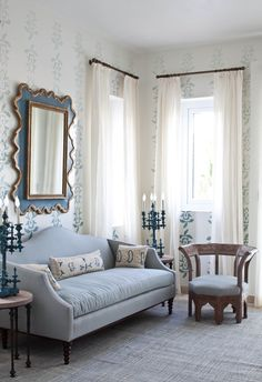 Light blue living room decor in traditional style with victorian style sofa in baby blue linen Blue Couch Living Room, Blue Couches, Home Living Room, Light Blue Sofa, Mediterranean Living Rooms, Blue Rooms, White Decor, Shabby, Baby Blue