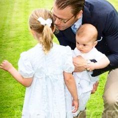 Prince Daniel with his children july 2016 #svenskakungafamiljen #royalfamily #royals #swedishroyalfamily #swedishroyals #swedishprincess #swedishprince #princedaniel #princeoscar #princessestelle #daniel #oscar #estelle #victoriaday #solliden #öland #sweden #schweden #sverige #suecia #suede #prinsar #prinsessa #princess #babyboy #royalbaby #royalchildren