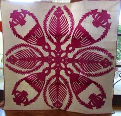 Kahili and crowns Hawaiian Quilt Patterns, Hawaiian Quilts, Aplique Quilts, Hawaii Pattern, Quilting Designs, Quilting Ideas, Two Color Quilts, Red And White Quilts, Hand Quilting