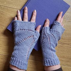Knitted in one piece each and with an easy lace pattern, these fingerless gloves are reminiscent of the wings of a bat. The design of the second mitt mirrors the first one. They are perfect for transition periods like the first days of spring.