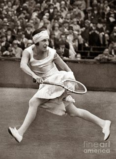 Jean Patou, 19 de agosto de 1880 - 8 de março de 1936) foi um estilista francês e fundador da marca Jean Patou.  http://sergiozeiger.tumblr.com/post/95208326773/jean-patou-19-de-agosto-de-1880-8-de-marco-de  Foi ele quem desenhou a ousada roupa de tênis sem mangas e saia na altura do joelho para Suzanne Lenglen . Ele também foi o primeiro estilista a popularizar o cardigan, mudando para a forma natural e confortável .