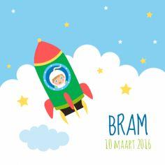 Bram is een hip geboortekaartje met voorop een raket die door de wolken en sterren schiet en binnenin zie je de astronaut die door het raampje kijkt.