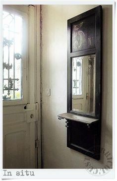 Una vieja puerta reconvertida en recibidor.