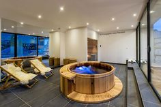 Spa en bois en intérieur, semi-encastré - Luxury indoor hot-tub, half-recessed