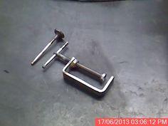 Prensas con materiales reciclados - Ya soldada la tuerca, remachada la rodaja del amortiguador y colocado el vástago de válvula....